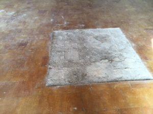 Azulejos del suelo arrancados y desaparecidos