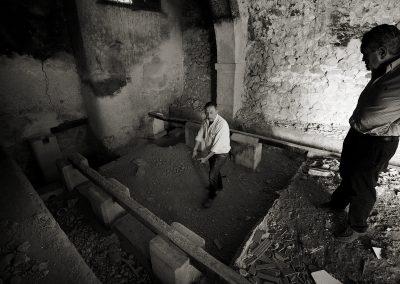 Rafael Poveda explicando la ubicación de los grandes toneles del fondillon