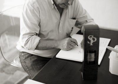 Rafael Poveda firmando libro de visitas en Torre Juana