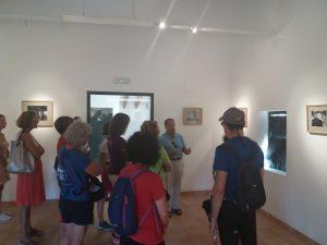Eliseo Pascual explicando sus fotografías