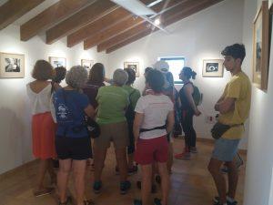 El grupo observando las fotografías de Torre Juana